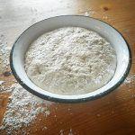Brotteig braucht ausreichend Zeit zum reifen. Am besten mit einem feuchten Tuch abgedeckt, das schützt vorm Antrocknen.