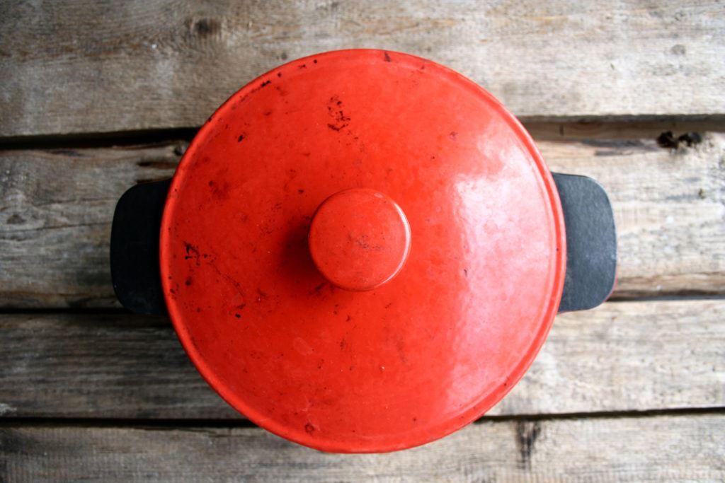 Equipment - Gusseiserner Topf mit geschlossenen Deckel von oben - Cast iron pot with closed lid from above