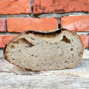 Brot mit teilweise verklebter Krume